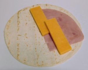 Preparando tortilla con queso cheddar naranja