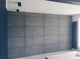 Бетонная стена, подвесные точечные светильники