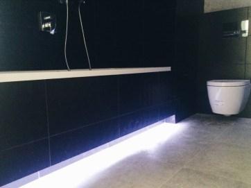 LED подсветка под ванной