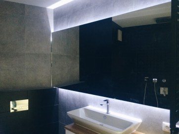 LED подсветка в ванной за зеркалом