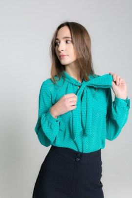 Зеленая блуза в горох
