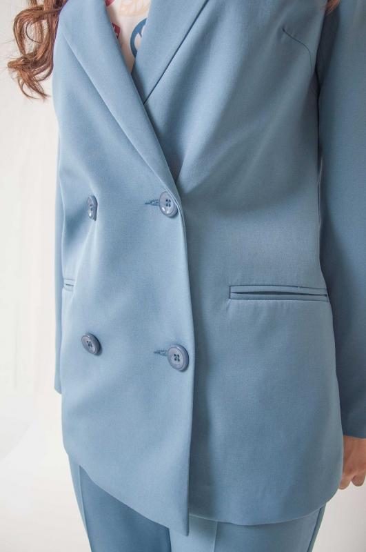 Двубортный голубой пиджак