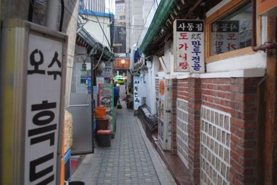A restaurant alley in a fancy Insadong street