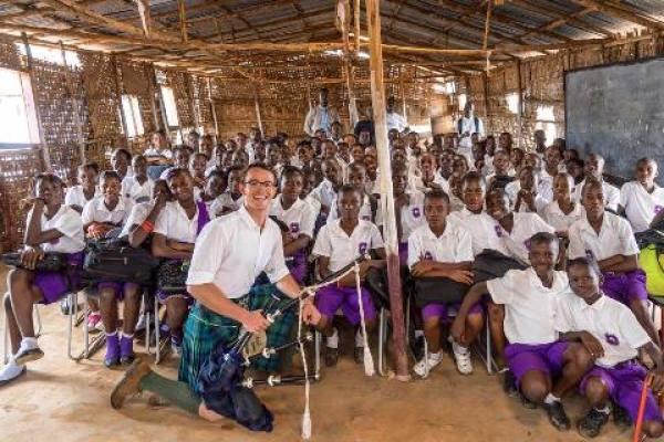 Escocês viaja pelo mundo tocando gaita de fole pelo mundo. Na foto ele tocou para crianças de uma escola em Serra Leoa