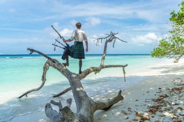Homem que viaja pelo mundo com gaita de fole, usa kilt até nas Ilhas Maldivas