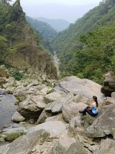 Trilha de Pedras com vista para a Cachoeira da Fumaça na trilha da Ferradura Paranapiacaba SP