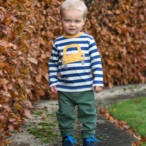 Jongetje met gestreepte trui met auto