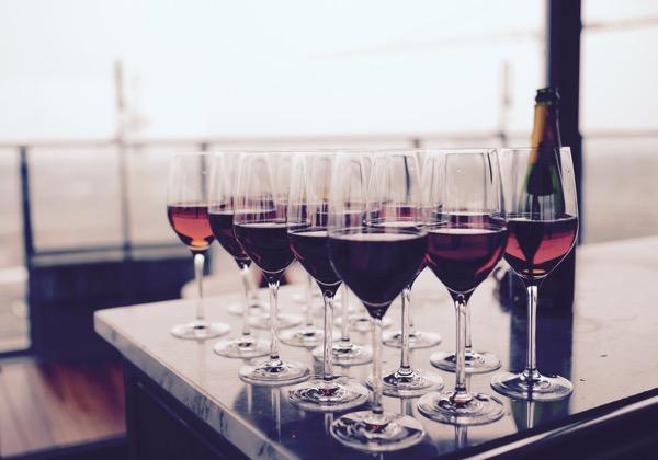 Verres de vin rouge bio avec bouteille