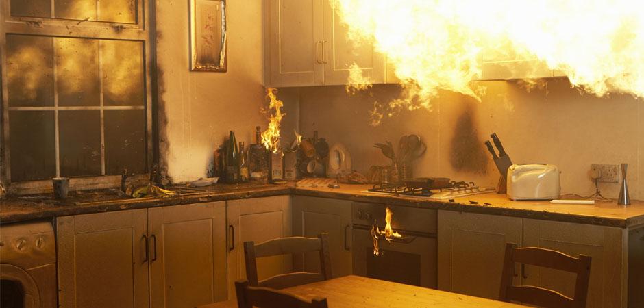 incendie domestique dans cuisine avec feu qui se répand