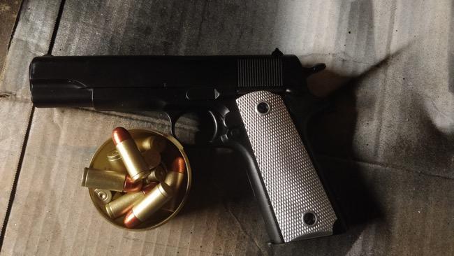 colt m911 nerf peint avec crosse blanche et balles en doré et bronze