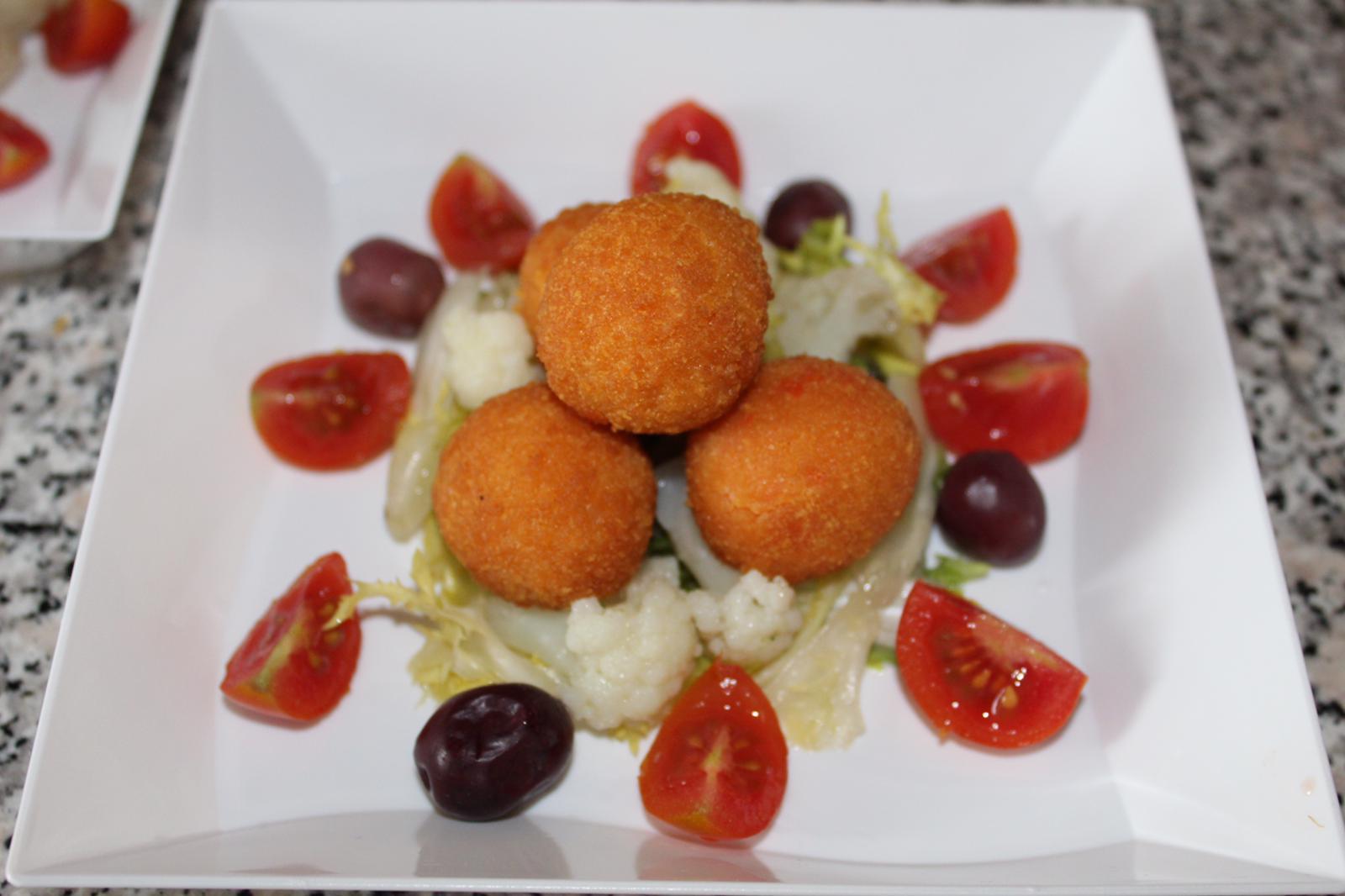 Mozzarelline-con-insalata-mista-e-olive-nere