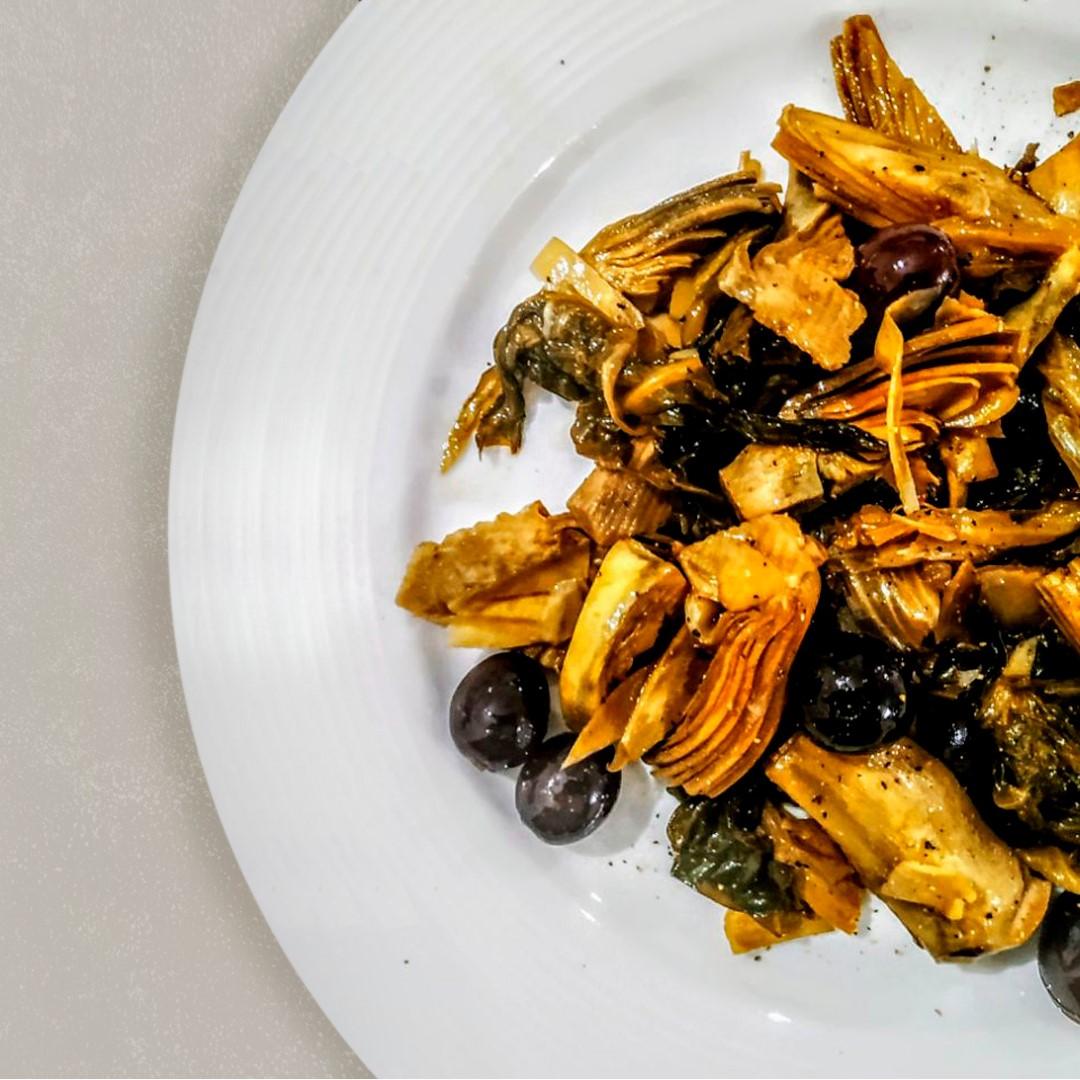 Carciofi e scarola trifolati con olive nere itrana