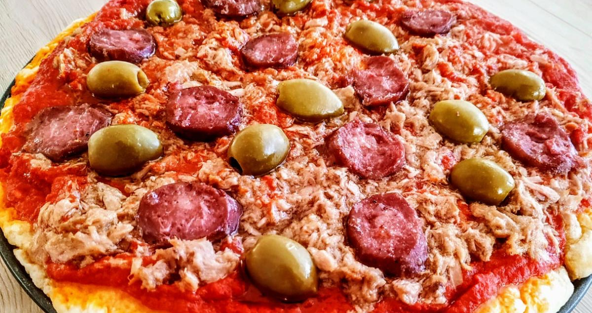 Pizza-con-olive-tonno-e-salame