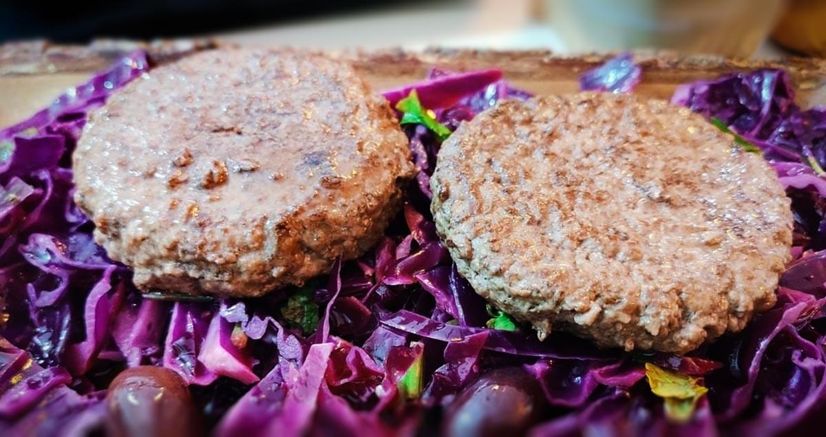 Hamburger-di-manzo-olive-e-cavolo-viola