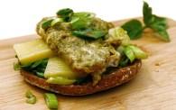 Olivenblätter-Rührei mit Käse auf Toastbrötchen