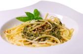 Kernige Ölsaaten,  frisches Basilikum und dezent herbe Olivenblätter geben diesem Pesto sein mediterranes Profil
