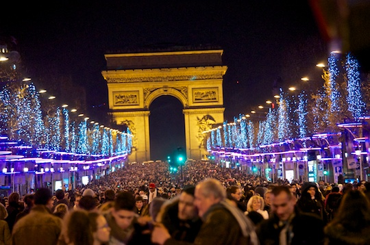 Paris     New Year s Eve  No  Light Show at the Eiffel Tower   Olive     Sea of people at the Arc de Triomph New Year s
