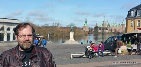 Sir Nerdalot in Hillerød with the castle in the background