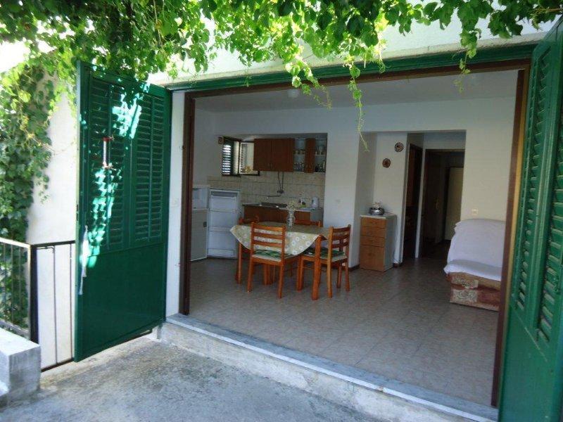 Bilo pri Primoštenu, apartmajski prostor z izhodom na veliko teraso in pogledom na morje