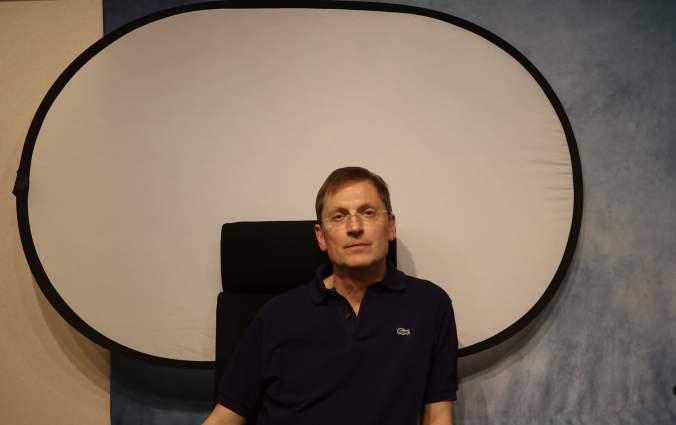 Popup-Hintergrund von NEEWER am Stuhl befestigt