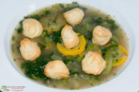 Staudensellerie-Zucchini-Suppe mit Profiteroles