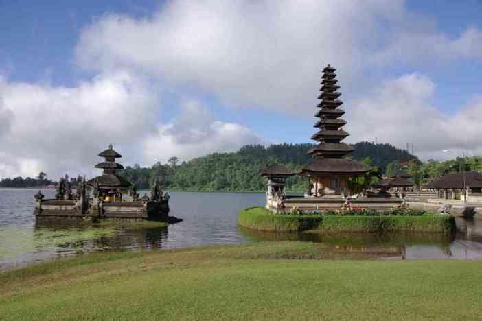 Le temple d'Ulun Danu sur le lac Bratan, le 7 juillet 2007