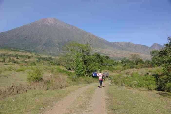 Porteur au départ du trek du Rinjani, le 11 juillet 2007