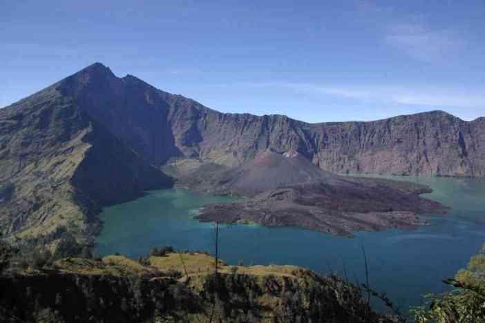 La caldeira et le sommet du Rinjani vus depuis le col, le 13 juillet 2007