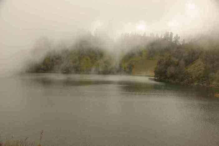 Le lac de Ranu Kumbolo à travers le brouillard, le 20 juillet 2007