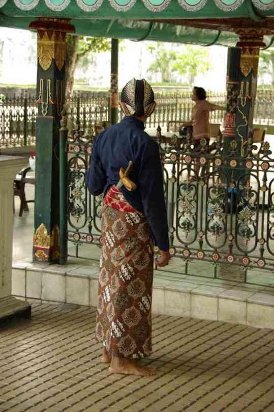Un garde du kraton de Yogyakarta, en costume traditionnel et armé d'un kriss