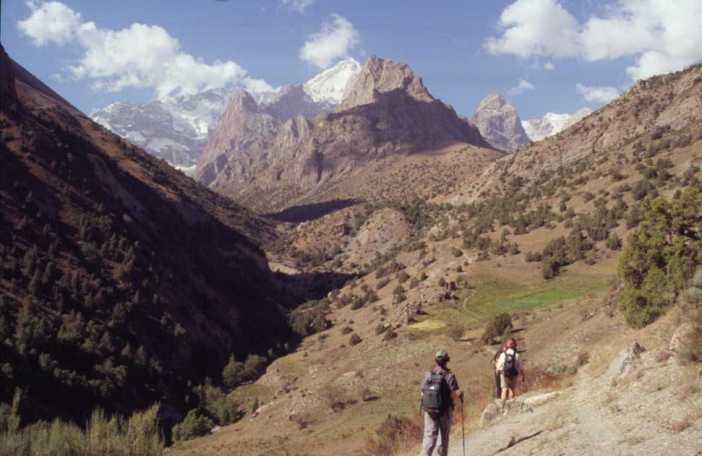Vue générale de la vallée de l'Imat (au fond le Bolchaïa Ganza, 5306m) le 21 août 2004