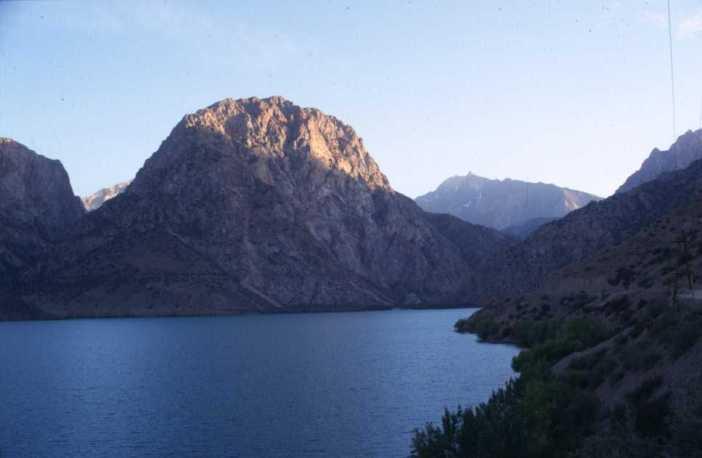 Le lac Iskanderkul au crépuscule, le 10 août 2004