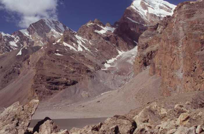 Le lac de Moutnaïa avec au fond le mont Chimtarga (5489 m), le 19 août 2004