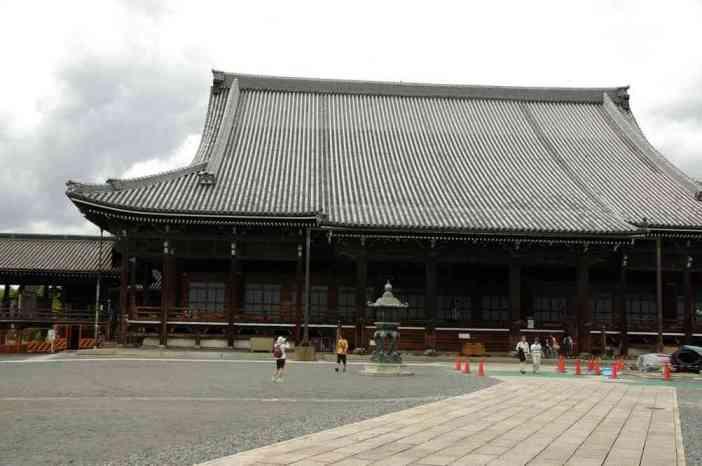 L'extérieur du temple du Nishi Hongan-ji dans le centre de Kyōto, le 15 septembre 2007