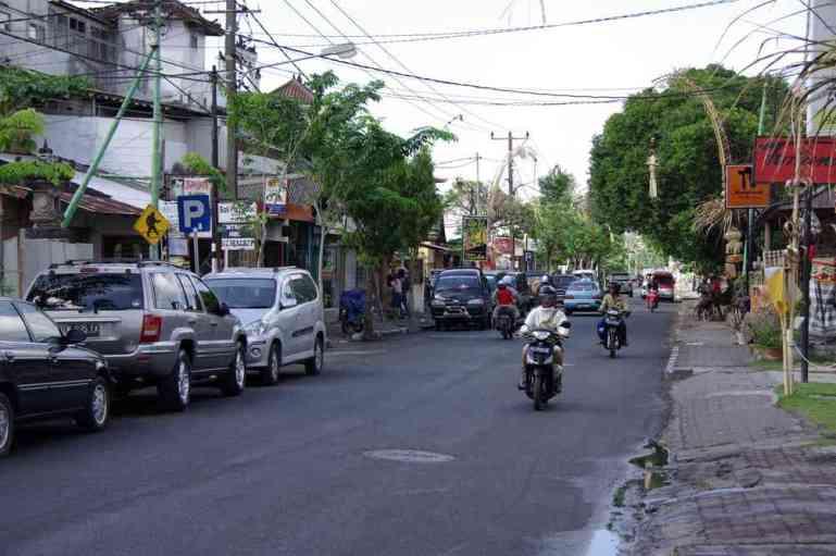 Une rue commerçante aux environs de notre hôtel de Kuta, le 5 juillet 2007
