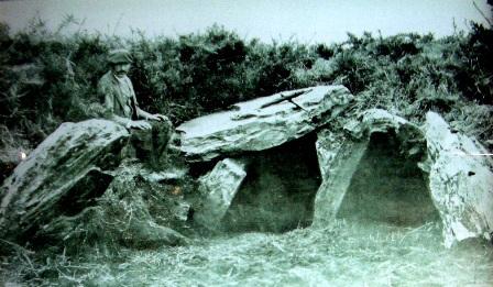 Pena da Aguia. Tumulo prehistórico fotografado por Maciñeira ca s.XX