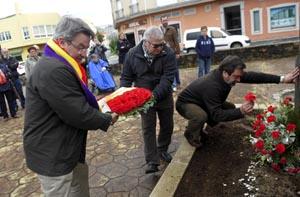 Ofrenda floreal no memorial aos represaliados asturianos