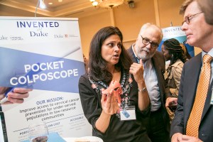 Nimmi Ramanujam shows off her Pocket Colposcope to President Price