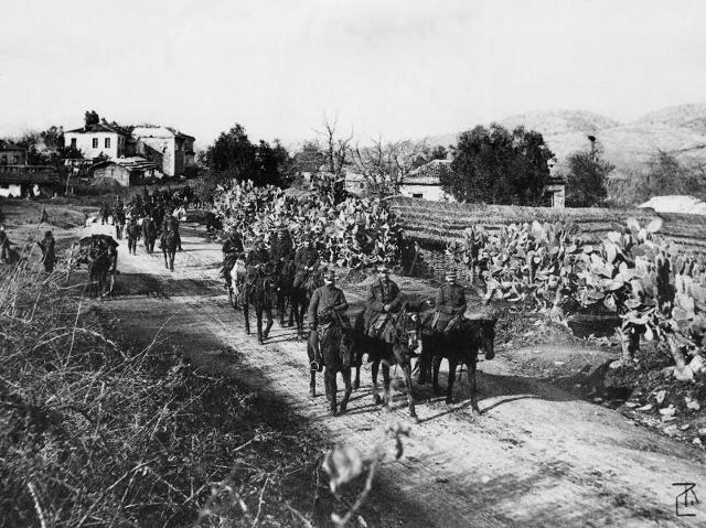 Οι Τουρκοί προσκυνούν τον έφιππο Σχη Ιππικού Π.Σπηλίαδη και παραδίδουν την Πρέβεζα 21 Οκτωβρίου 1912