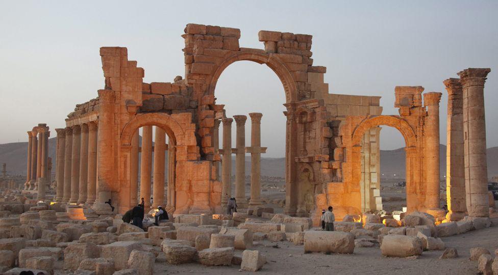 ΣΥΜΒΑΙΝΕΙ ΤΩΡΑ — Σε άτακτη φυγή το Ισλαμικό Κράτος #Daesh από την #Palmyra μετά το βομβαρδισμό από ρωσικά αεροσκάφη #RuAF #سوريا #تدمر