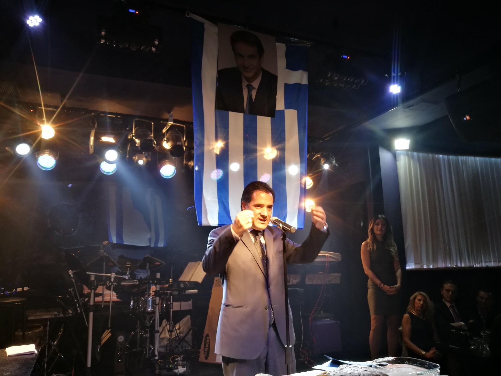 ΑΤΙΜΑΣΑΝ την Ελληνική Σημαία Γεωργιαδης-Μητσοτακης
