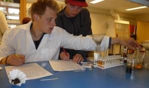 Utprøving av lærestoff og oppgaver med egne elever er viktig for NDLA-redaktør Kristin Bøhle. Her er elever ved landslinja for Sportsfiske på Grong videregående skole. Fra venstre Bjørnar Dyrdahl og Emil Dalbråten Aure.