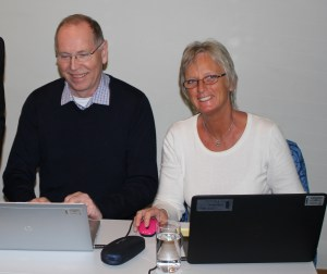 Her er to fagansvarlige, Einar Berg og Kristin Bøhle i arbeid ved PC-en.