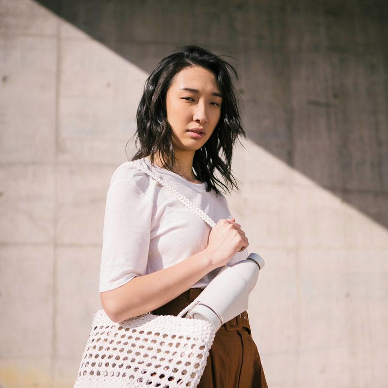 campagne pour Closcadesign en montrant une femme qui porte un sac sur l'épaule et une bouteille Closca attachée
