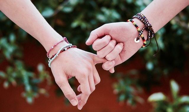 deux main qui se tiennent par le petit doigt