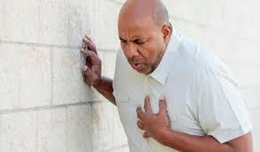 Homme pris d'une douleur thoracique