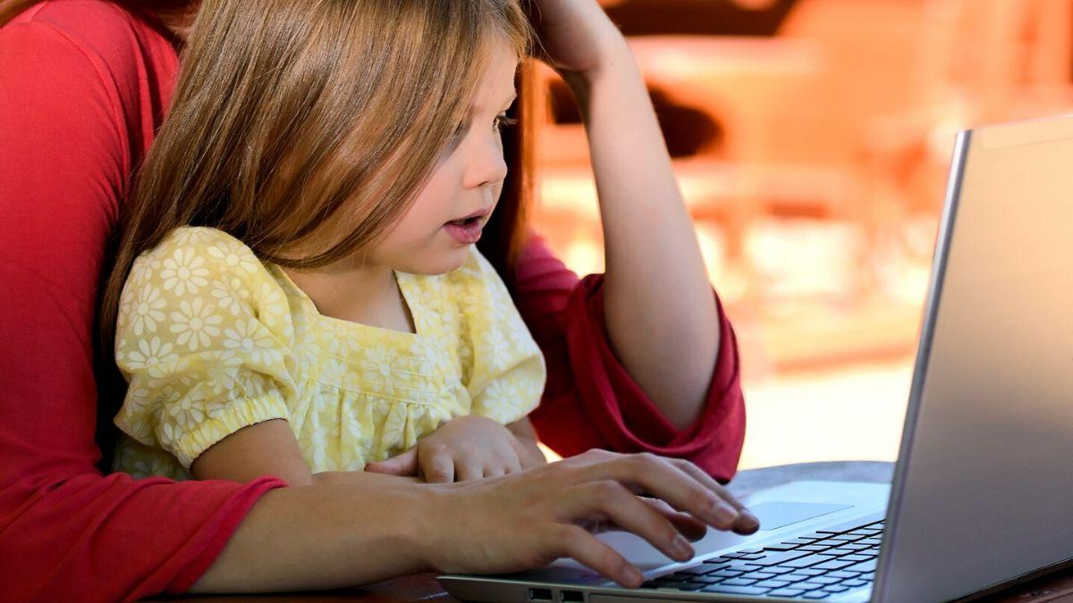 mère et enfant devant l'ordinateur