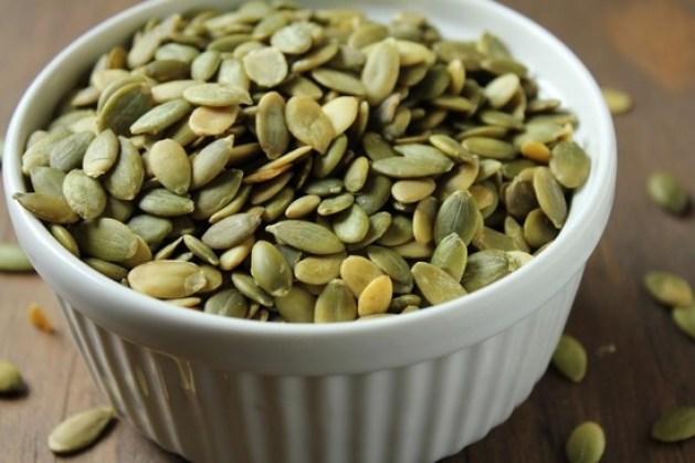 Bol contenant des graines de courge.