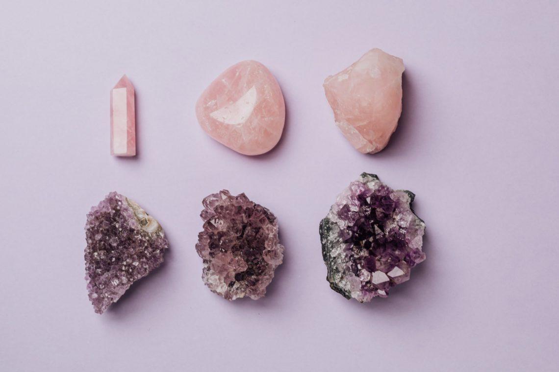Pierres naturelles utilisées en lithothérapie pour soigner et se faire du bien.