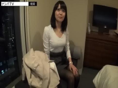 癒し系美乳お姉さんがナンパされて簡単にセックス!黒髪で清純そうな美貌とヤリマンな中身のギャップがエロいおまんこ動画